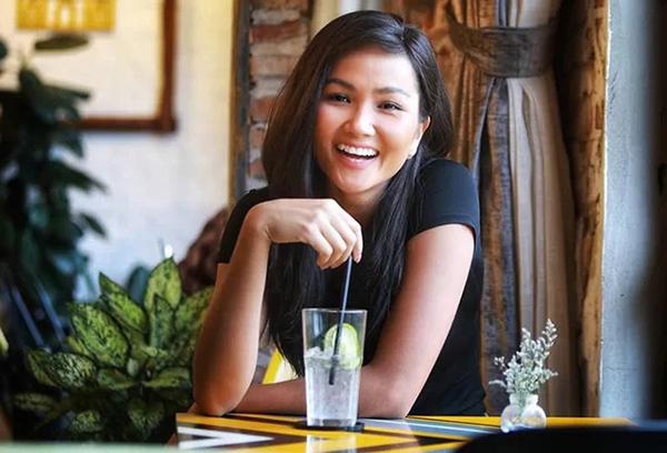 HHen Niê rất dịu dàng với mái tóc đen dài.