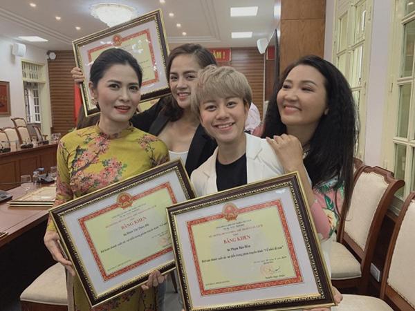 Bảo Hân rạng rỡ cùng các diễn viên Về nhà đi con nhận Bằng khen từ Bộ trưởng Bộ Văn hóa, Thể thao và Du lịch.