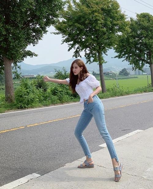 Hyo Min diện combo croptop và quần jeans tôn dáng S-line.