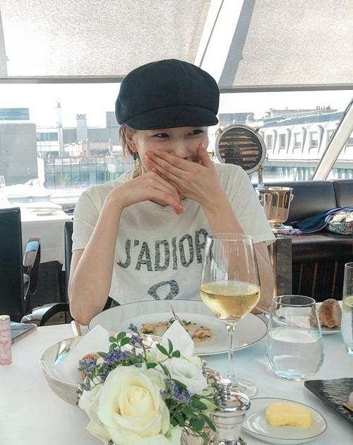 Suzy che miệng cười đáng yêu khi bị chụp ảnh đang dùng bữa.
