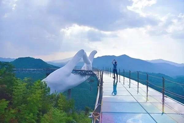 =>> Hình A:Cầu Tiên Thủ (Xian Shou) thuộc khu du lịch Cổ Khê Tinh Hà ở thành phố Tam Minh, tỉnh Phúc Kiến, Trung Quốc.