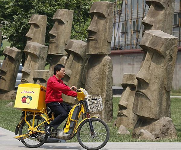 =>> Hình A: Moai nhái ở Bắc Kinh, Trung Quốc.