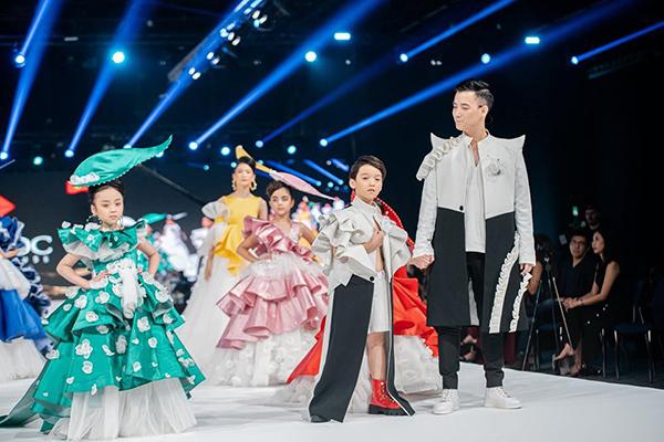 NTK Đắc Ngọc cùng các mẫu nhí trình diễn bộ sưu tập tại Vie Fashion Week 2019, Dubai.