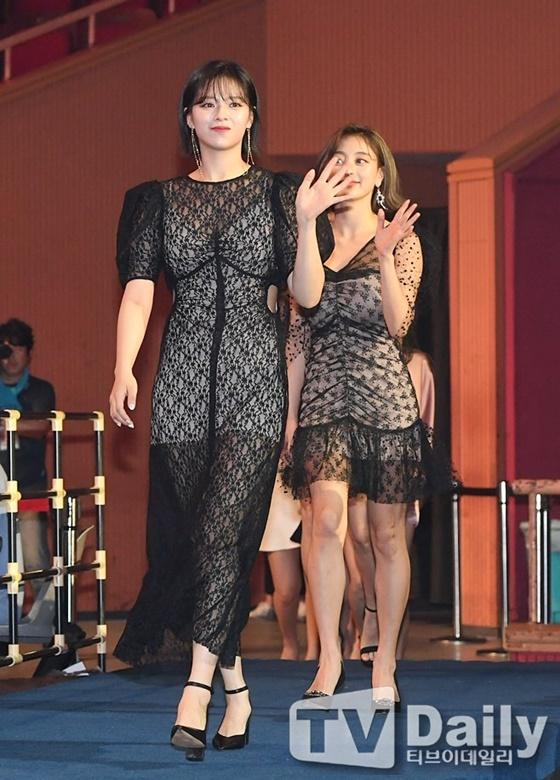 Jeong Yeon lựa chọn váy xuyên thấu táo bạo.