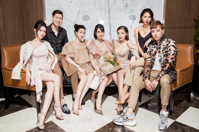 <p> Hội bạn thân của Diệp Lâm Anh chỉ thiếu mỗi Hà Lade vì đang ở Mỹ. Kỳ Duyên, Lam Cúc, stylist Mạch Huy... đều có mặt để chúc mừng.</p>