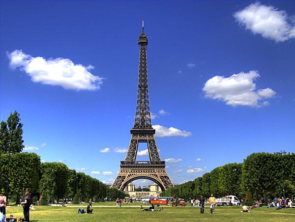 =>> Hình B: Tháp Eiffel ở Paris, Pháp.
