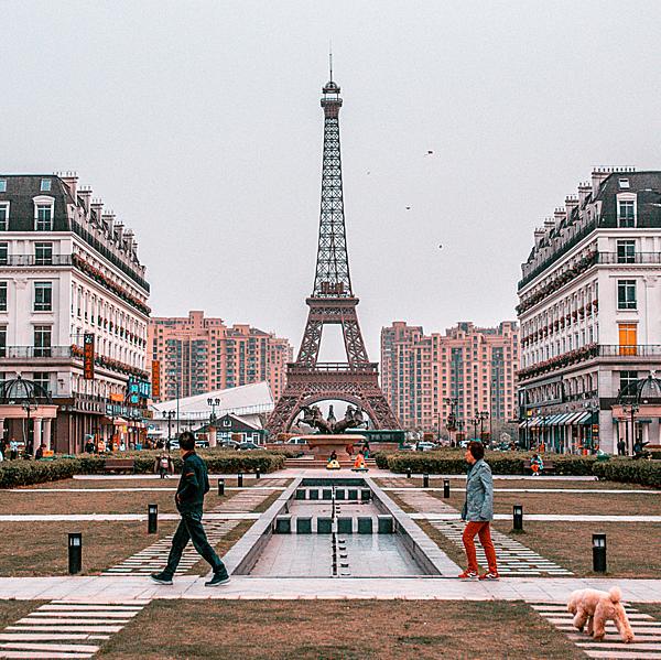 =>> Hình A: Eiffel Hàng Châu thuộc khu Tianducheng (Thiên Đô Thành, hay Sky City), tỉnh Chiết Giang, Trung Quốc.