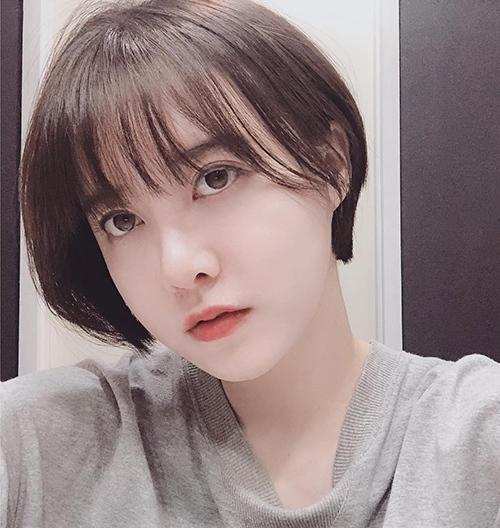 Với đường nét thơ ngây, gương mặt bầu bĩnh cùng làn da trắng mịn như sữa, Goo Hye Sun được khen trẻ trung chẳng khác gì mới 18 tuổi dù năm nay đã ở tuổi 35.