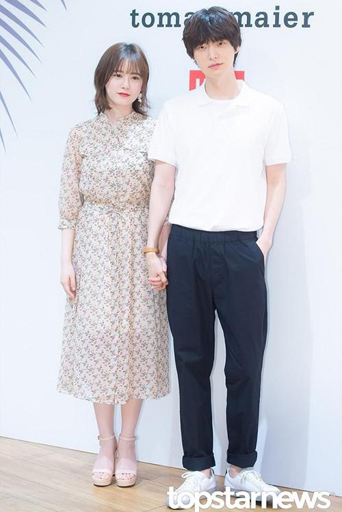 Chính phong cách này khiến khoảng cách tuổi tác giữa Goo Hye Sun và chồng trẻ Ahn Jae Hyun lộ rõ, mỗi khi cả hai sóng đôi.