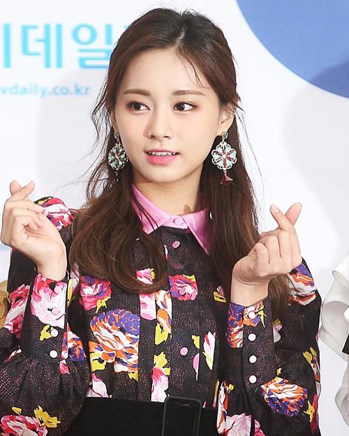 Có lẽ do đông thành viên nên đội ngũ stylist của JYP khó chăm chút trang phục hoàn hảo cho cả 9 cô gái.