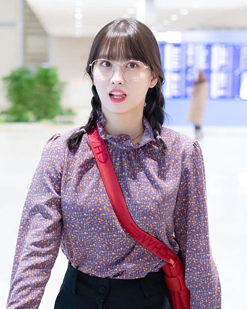 cô nàng đang đi lùi thời đại chứ không phải đón đầu trào lưu khi diện áo blouse màu tím với cổ bèo nhún
