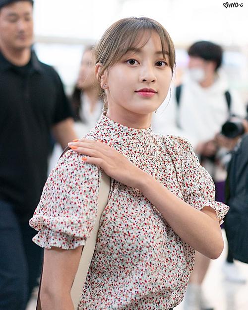 Ji Hyo cũng không phải là cô gái vàng trong làng mặc đẹp của Kpop. Visual nhóm Twice gần như nhạt nhòa trong chiếc áo tay bồng cổ lọ khi xuất hiện ở sân bay.