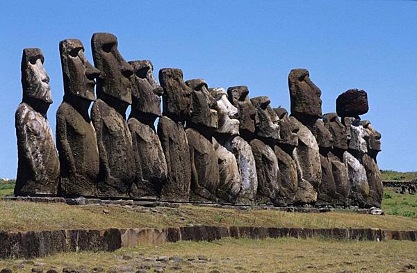 =>> Hình B: Pho tượng Moai nằm ở Đảo Phục Sinh, Chile