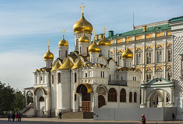 =>> Hình A: Nhà thờ Cathedral of the Annunciation trong điện Kremlin ở Moscow, Nga.