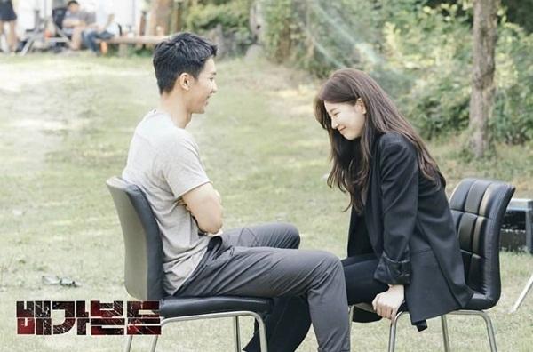 Suzy và Lee Seung Gi ngọt ngào trong poster phim mới Vagabond.