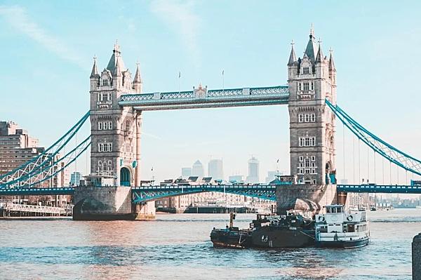 =>> Hình A: Cầu Tháp London (Tower Bridge) - biểu tượng nổi tiếng bên dòng sông Thames nước Anh