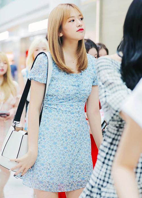 Yujin (I*ZONE) mix túi túi bucket trắng của LOEUVRE với váy hoa nhí xanh khi xuất hiện tại sân bay.