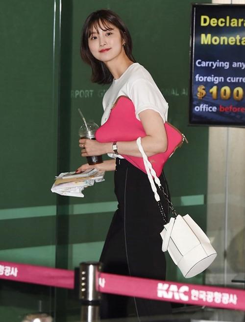 Với gam màu tươi sáng cực dễ phối đồ, lại có thể xách tay hoặc đeo chéo rất tiện dụng nên Jeonghwa (EXID) cũng đã lựa chon item này.