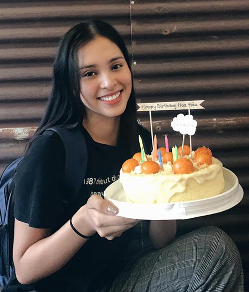 Tiểu Vy giản dị đón sinh nhật bên những người bạn thân thiết.