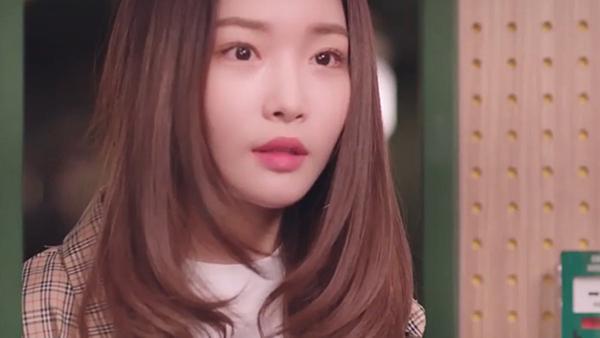 Chung Ha làm cameo cho chính bộ phim cô hát OST 'LUV PUB'.