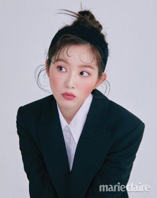 Lần đầu tiên thử nghiệm trang điểm má ửng như cháy nắng, Irene nhận được nhiều lời khen ngợi. Vốn có đường nét thơ ngây nên thành viên Red Velvet rất thích hợp với kiểu makeup đáng yêu này.
