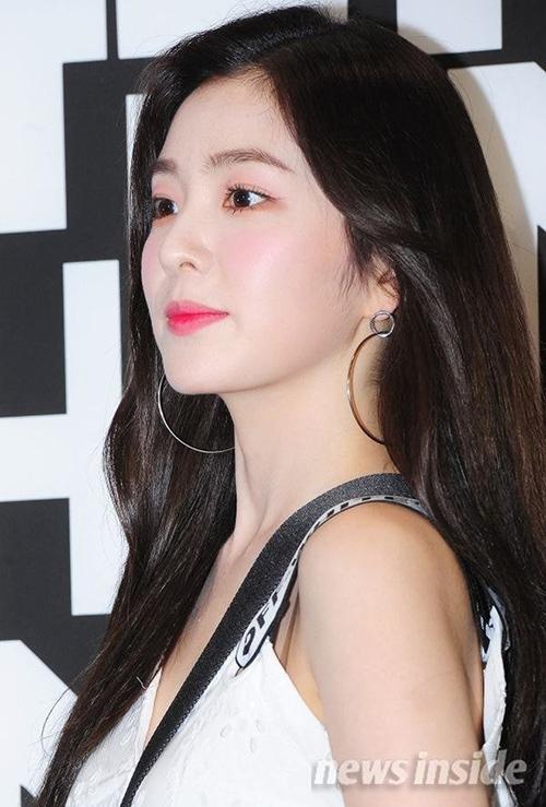 Với làn da trắng được so sánh với Bạch Tuyết, Irene rất phù hợp với lối trang điểm tông hồng toàn mặt. Cách đánh mắt, má, môi cùng màu vốn rất dễ bị sến, tuy nhiên nữ idol vẫnchinh phục thành công.