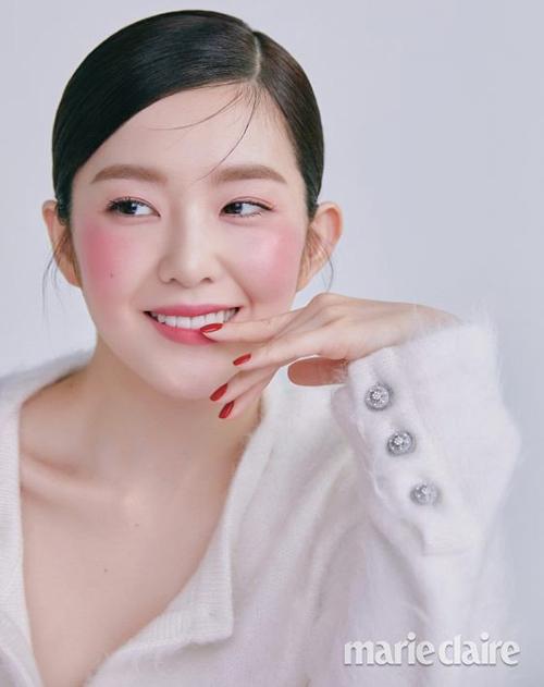 Trước đây, Irene thường đánh lớp nền dày, che đi nốt ruồi trên má. Tuy nhiên nốt ruồi duyên giờ được cô giữ nguyên, tăng thêm độ trong trẻocho gương mặt.