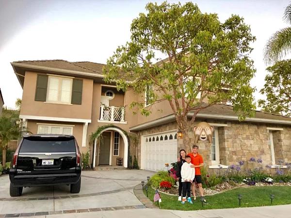 Biệt thự của Đàm Vĩnh HưngNhà mới của Đàm Vĩnh Hưng nằm ở Huntington Beach, quận Cam, phía nam tiểu bang California, Mỹ. Căn nhà phủ màu nâu vàng sang trọng, thiết kế trẻ trung, hiện đại.Nằm trong khu dân cư cao cấp và gần biển nên không khí thoáng mát.