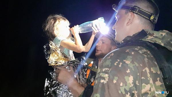 Cô bé người Nga được cứu hộ cho uống nước sau 3 đêm lạc trong rừng.