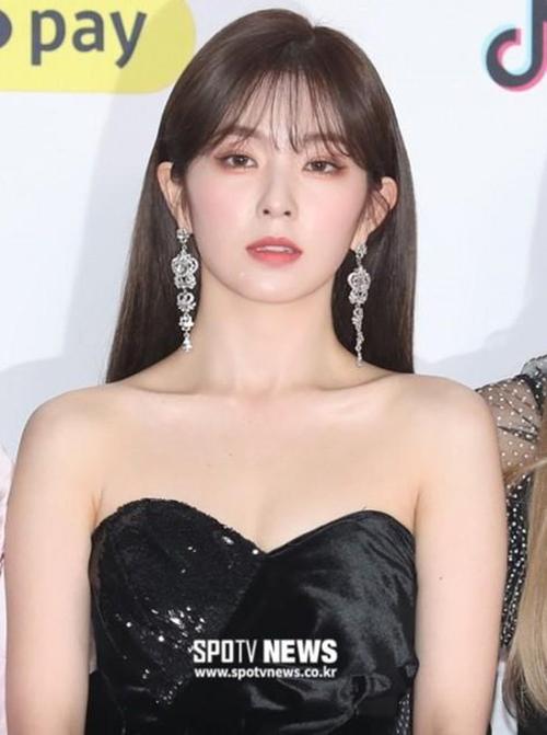 Đây không phải lần đầu tiên Irene thử nghiệm mốt trang điểm tông nude. Trong một vài sự kiện haybộ ảnh trước đó, thành viên Red Velvet cũng từng makeup mắt nâu môi trầm.