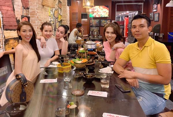 Ngọc Trinh nhí nhảnh đi ăn cùng những người bạn thân thiết.