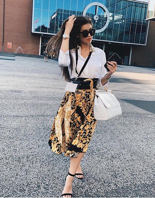 Cách đây khoảng một tháng, Thảo Tiên bắt đầu mùa hè với chuyến đi mua sắm hàng hiệu ở Milan - nơi có những brand nổi tiếng mà chỉ giới siêu giàu mới mua được thường xuyên. Cô sở hữu nhiều BST trong đó có giày dép đến từ những nhãn hàng xa xỉ bậc nhất thế giới như Cartier, Versace, Dolce & Gabbana...