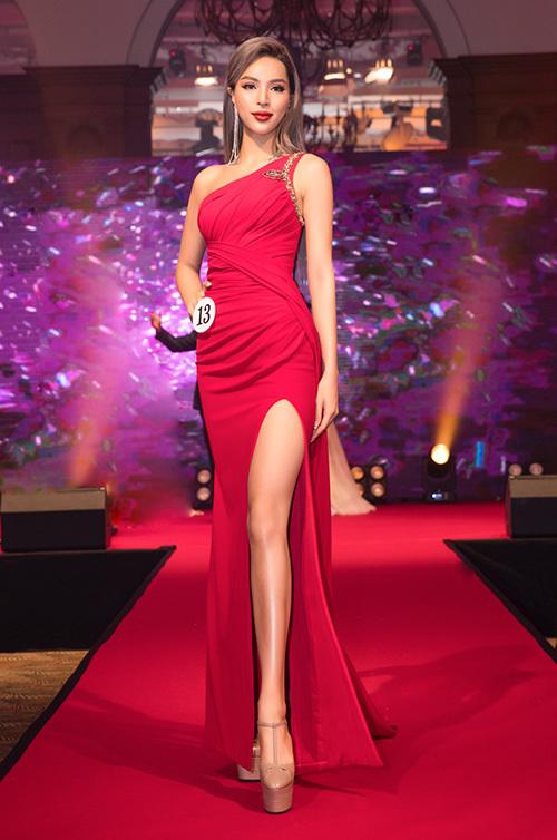 Đến phần thi dạ hội, Khả Trang diện lạinchiếc váy đỏ bó sát xẻ cao, khoe đôi chân dài miên man. Đây là trang phục cô từng mặc tại cuộc thi Siêu mẫu quốc tế tại Thái Lan 2018. Một lần nữa chiếc váy lại mang đến may mắn cho Khả Trang.