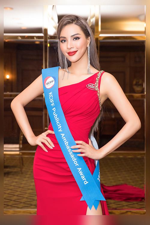 Khả Trang cùng 40 thí sinh đến từ Hàn Quốc, Nhật Bản, Trung Quốc, Thái Lan và Việt Nam tham gia cuộc thi tìm kiếm người mẫu trở thành đại sứ của Liên hoan phim quốc tế Hàn - Trung 2019 diễn ra vào tháng 10 tới Họ cùng trải qua các phần thi trang phục truyền thống, trang phục của NTK, trang phục dạ hội để BGK chọn gương mặt đại sứ của từng nước.