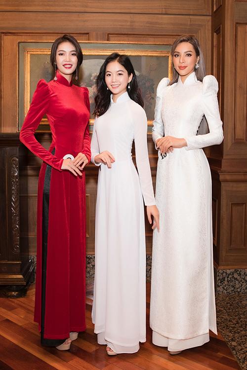 Tham dự sân chơi này còn có top 15 Hoa hậu Việt Nam Hà Lương Bảo Hằng (giữa) và người mẫu Diễm Trinh.