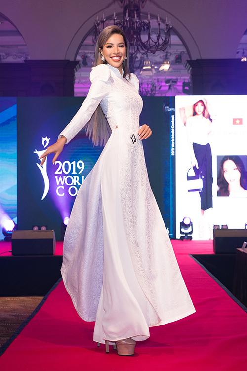 Ở phần trình diễn trang phục truyền thống, Khả Trang chọn áo dài trắng, cách tân tay phồng ở phần vai.