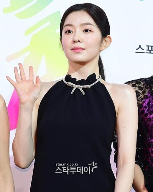Xuất hiện tại lễ trao giải Best K-Music Awards ngày 23/8, Irene khoe dáng với đầm cổ yếm màu đen khá sang trọng. Tuy nhiên, điều khiến netizen thảo luận lại chính là layout makeup sương sương của cô nàng. Nhiều cư dân mạng cho rằng Soribada visual Red Velvet trông sang chảnh, toát lên khí chất của idol lẫn diễn viên. Thậm chí, một số ý kiến còn nhận xét với lớp nền tự nhiên và tông son nude bóng nhẹ, Irene khá giống đàn chị Song Hye Kyo.