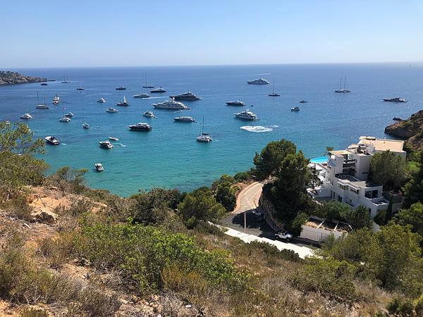 Vợ chồng hoàng gia tới hòn đảo này bằng máy bay riêng hôm 6/8. Theo nguồn tin riêng tại khu nghỉ dưỡng, cặp đôi còn mang theo đầu bếp riêng. Mỗi chuyến bay trên phi cơ riêng từ London tới Ibiza có chi phí 12.000 đến 20.000 bảng Anh mỗi chiều và thảo ra môi trường hơn 6 tấn carbon dioxide.