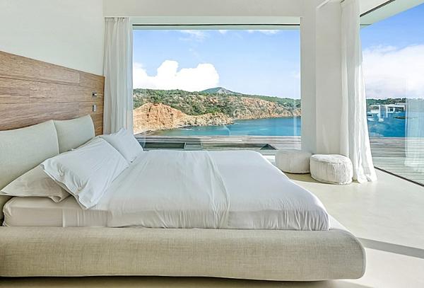Phòng ngủ hướng ra biển, có nội thất sang trọng.