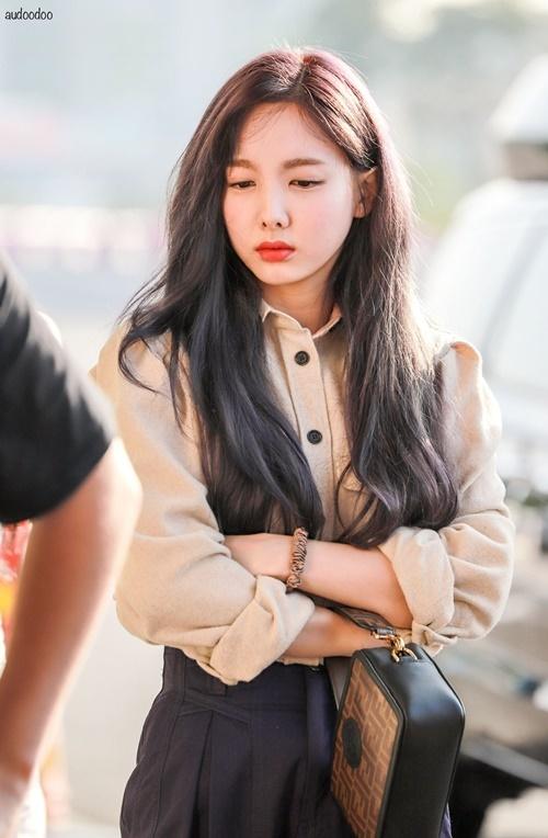 Ngày 25/8, Twice lên đường sang Nhật, Na Yeon vẫn còn vẻ ngái ngủ khi ra sân bay. Nhóm vừa hoàn thành lịch trình ở SOBA 2019.