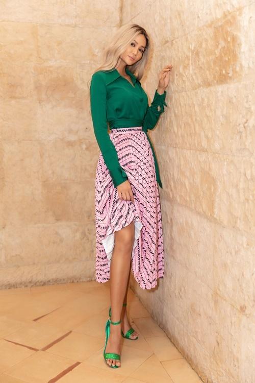 Cô mix áo sơ mi cùng chân váy chữ A họa tiết hình học. Trần Đạt - stylist của HHen Niê - cho biết, anh muốn HHen Niê biến hóa với nhiều phong cách để tránh tạo sự nhàm chán khi xuất hiện.