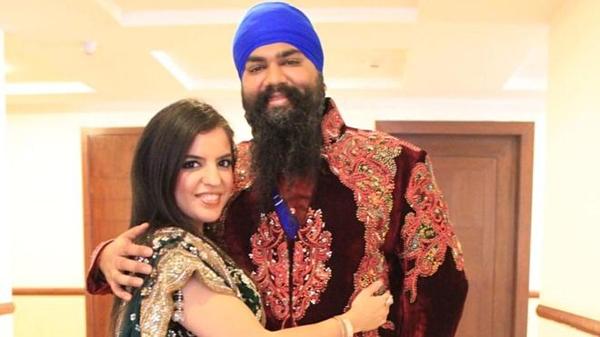 Vợ chồng Amitpal Singh Bajaj và Bandhna Kaur. Ảnh: BBC.