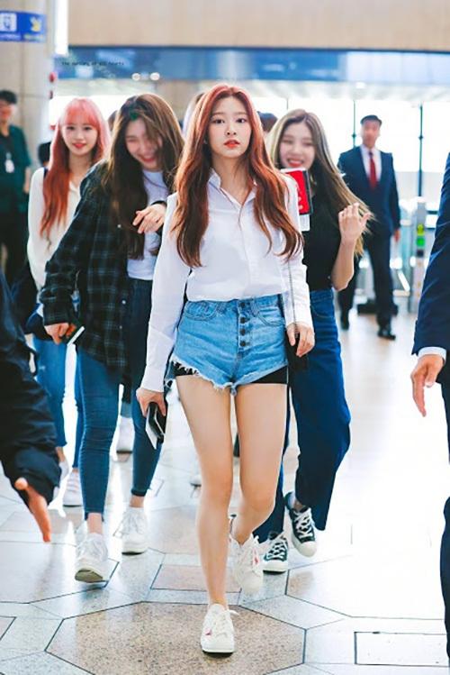 Kim Min Joo rất nổi tiếng với các fan nam. Khi quảng bá ở Nhật, nữ idol sinh năm 2001 từng đảm nhận vai trò Center. Netizen nhận xét Min Joo hợp với hình tượng trưởng thành, nữ tính hơn Jang Won Young.