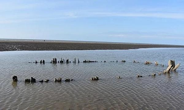 Xác tàu buôn Endeavour trên bãi biển Wales. Ảnh: BBC.