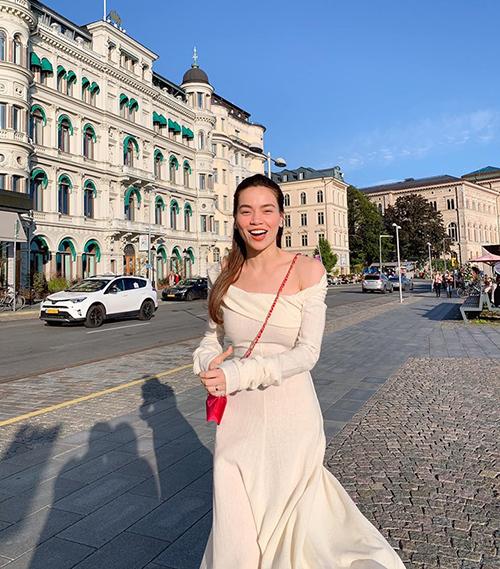 Hà Hồ tung tăng đi chơi Thụy Điển cùng bạn trai Kim Lý.