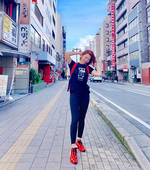 Thúy Ngân nhí nhảnh trên đường phố Nhật Bản.