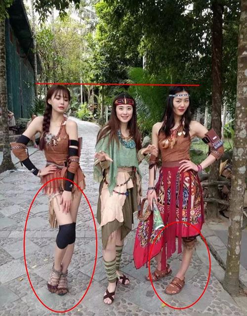 Thẩm Mộng Thẩn (bên trái) từng gây tranh cãi khi photoshop biến đôi chân của mình dài, thon hơn cả siêu mẫu Lưu Văn (bên phải, ngoài cùng). Vì chỉnh sửa quá đà, nữ MC đã khiến chân của Lưu Văn trở nên biến dạng khó hiểu.