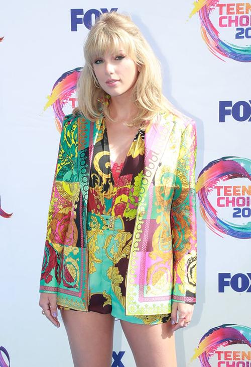 Tại sự kiện đó, cô cũng diện nguyên câyblazer - quần shorts của Versace với họa tiết màu mè, nổi bật không kém.