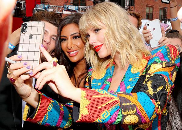 Hàng nghìn người hâm mộ reo hò khi Taylor xuất hiện. Cô thân thiện chụp ảnh selfie cùng fan.