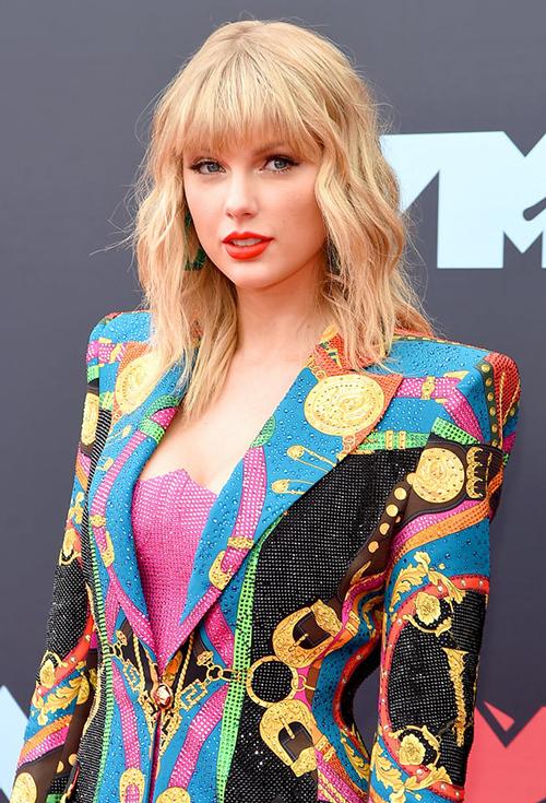 Trong lần tái xuất, nữ ca sĩ được khen ngợi với trang phục Versace hiện đại, lối trang điểm tôn lên nhan sắc tươi trẻ.